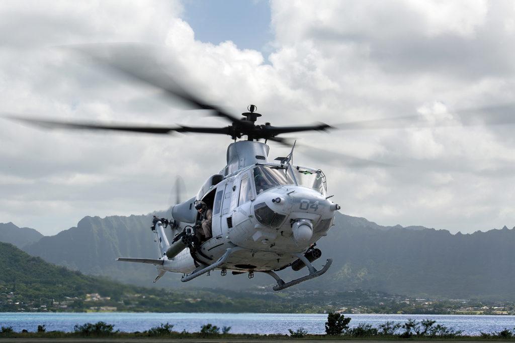 Un UH-1Y Venom asignado al Marine Light Attack Helicopter Squadron 367º despega desde Marine Corps Air Station Kaneohe Bay (Hawaii).