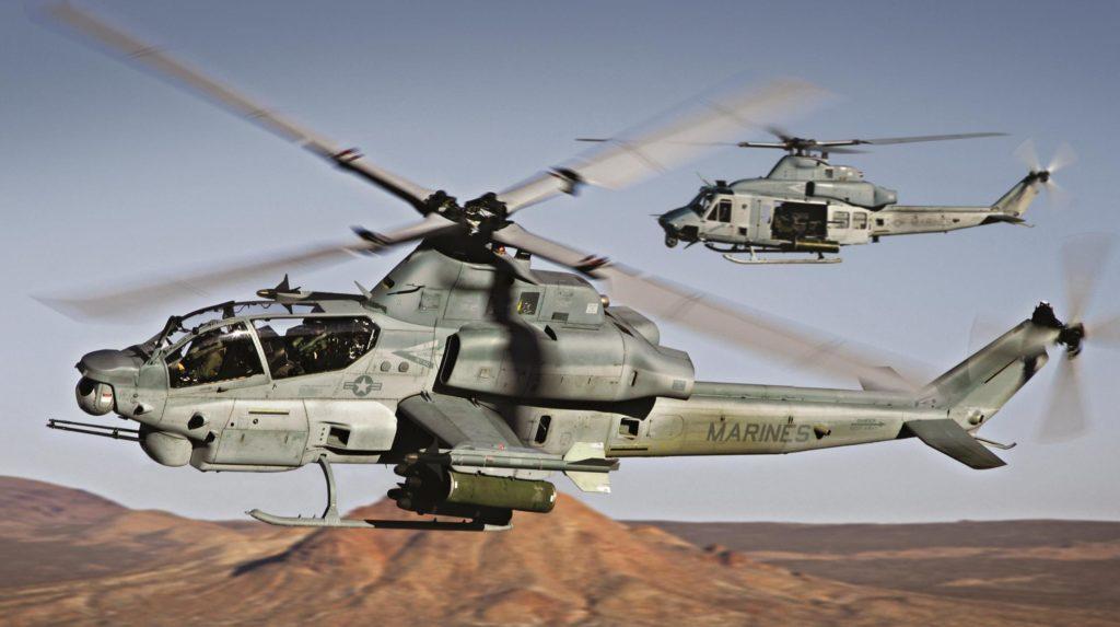 Bell AH-1Z Viper y UH-1Y Venom al fondo.