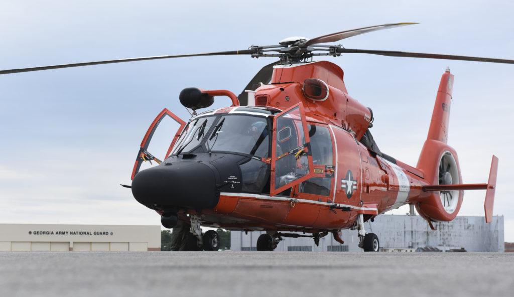 Un MH-65 Dolphin sobre la plataforma de la Estación Aérea de Savannah (Georgia). Han sido dos los helicópteros que han participado en las operaciones de rescate de la tripulación del buque Golden Ray.