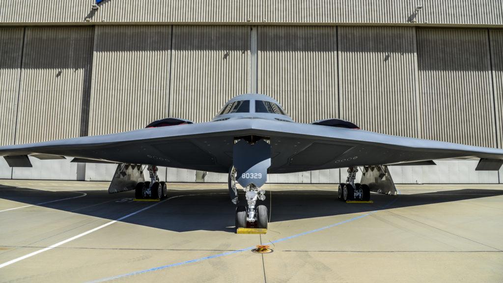 B-2 Spirit frente a un hangar en Palmdale (California), el pasado 20 de agosto. El avión estaba en exhibición con motivo de la celebración del 30 aniversario del Stealth Bomber.