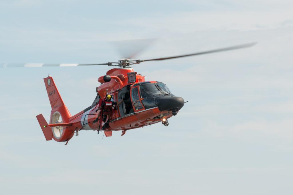 """MH-60 Dolphin de la Air Station Atlantic City en un ejercicio de búsqueda y rescate (SAR) frente a las orillas de Fort McHenry de Baltimore. durante el """"Star-Spangled Spectacular Air Show"""". El rescate de ayer se los cuatro tripulantes de una embarcación de recreo se produjo en condiciones nocturnas."""