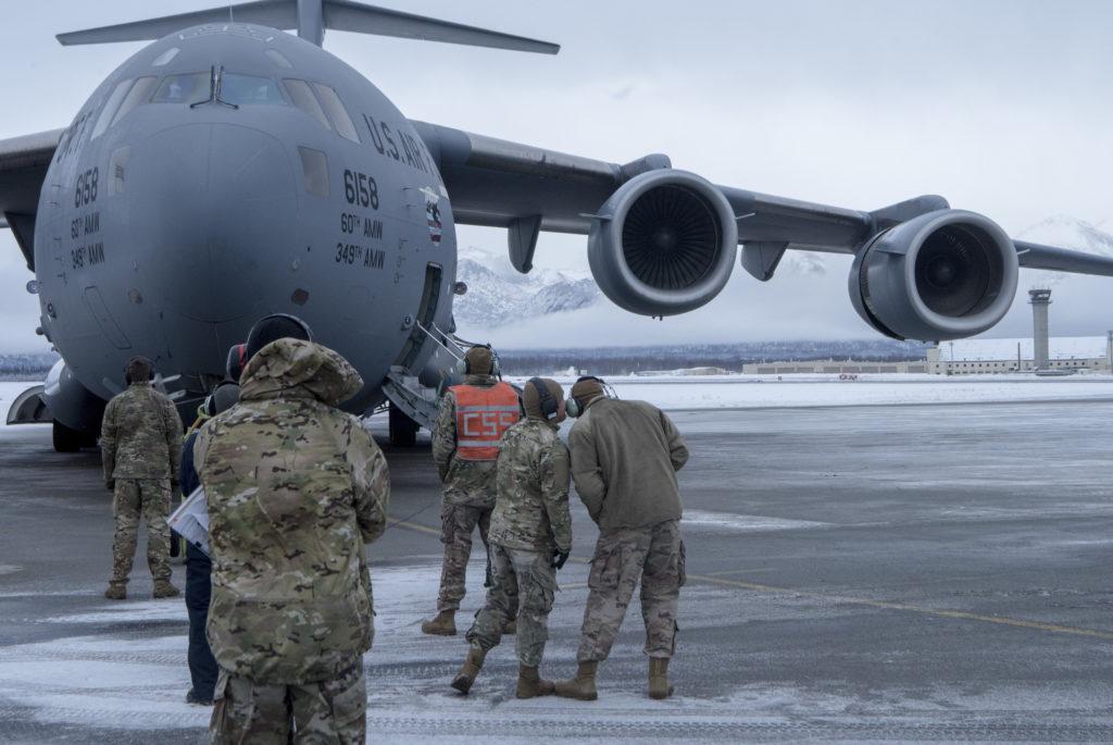 Los aviadores de la Base de la Fuerza Aérea de Travis (California) y la Base Conjunta Elmendorf-Richardson, se preparan para el ejercicio de entrenamiento en JBER. Aviadores USAF Clima Ártico