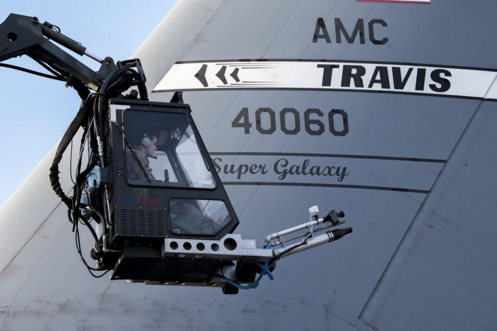 El sargento Damien Sloan, U.S Air Force 821st Contingency Response Squadron, perteneciente al personal de mantenimiento asignado a la Travis AFB (California), opera una grúa de descongelación sobre un Super Galaxy C-5M de la base durante el entrenamiento. La formación preparó a los aviadores para operar en entornos árticos. Aviadores USAF Clima Ártico