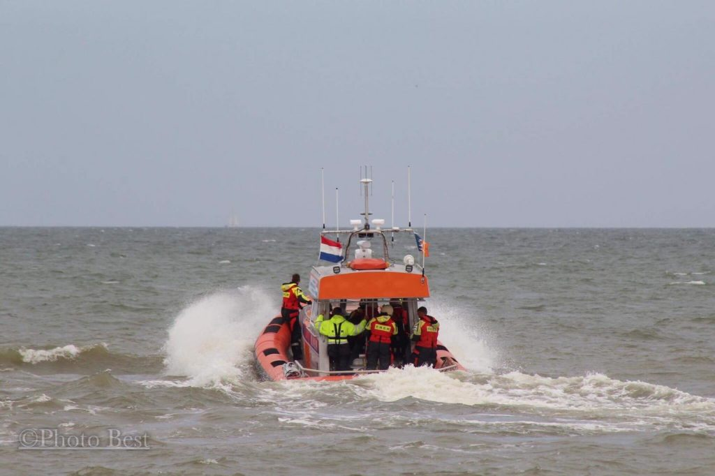 KNRM lifeboats are searching on the last position of the fishing vessel Lummetje.