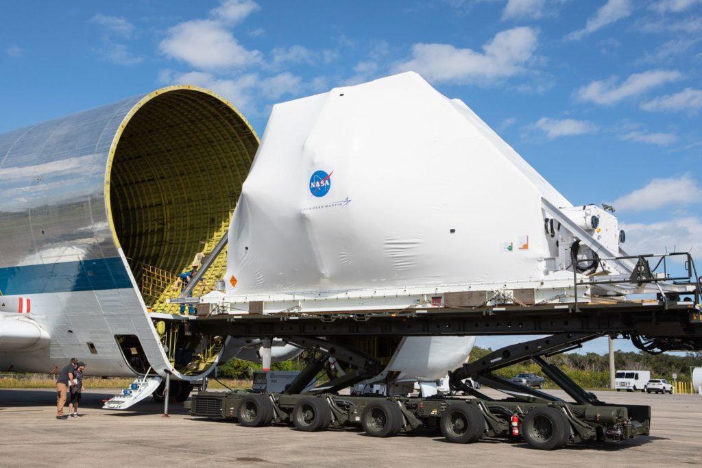 Embarcando la nave espacial Orion en el Super Guppy para su traslado.