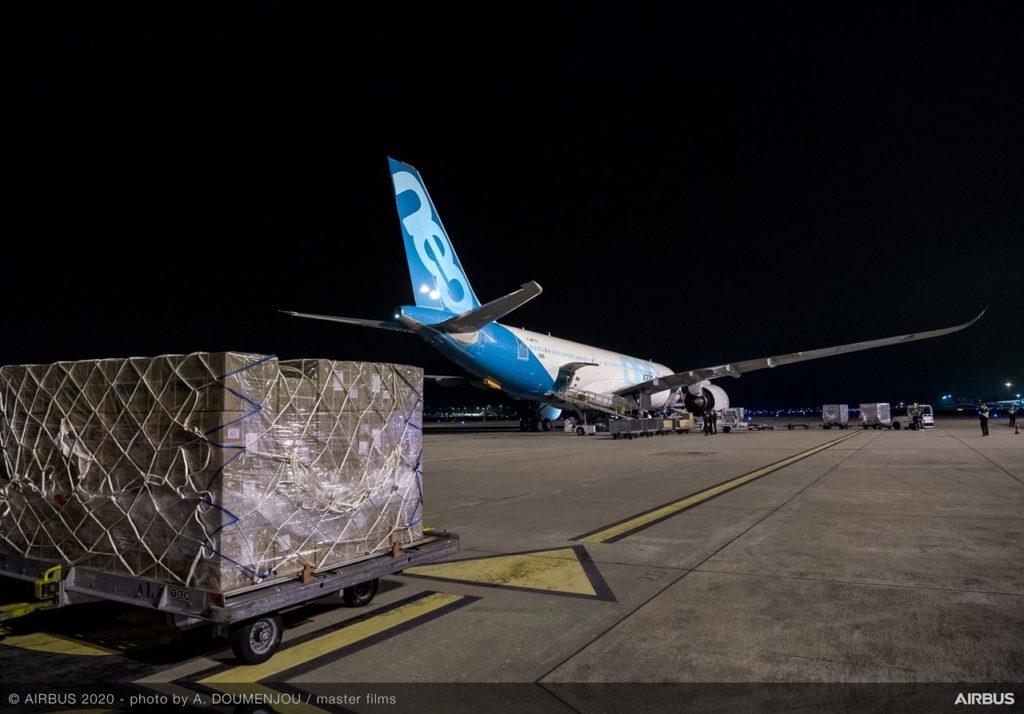 Airbus entrega más suministros de mascarillas para la lucha en Europa contra el SARS-CoV-2 (COVID-19). Airbus A330neo Tianjin