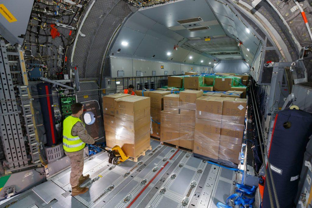 Un Airbus A400M transporta mascarillas a España, en apoyo a los esfuerzos para combatir la crisis del SARS-CoV-2 (COVID-19)