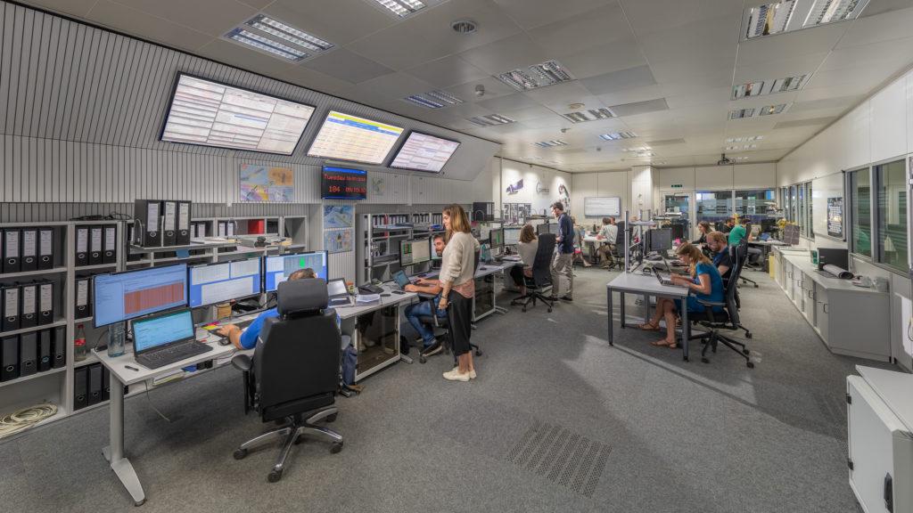 ESA: el control de las misiones se adapta a las condiciones del coronavirus. ESA Sentinel control room